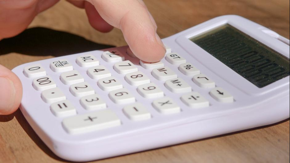 detail prstov počítajúcich na kalkulačke