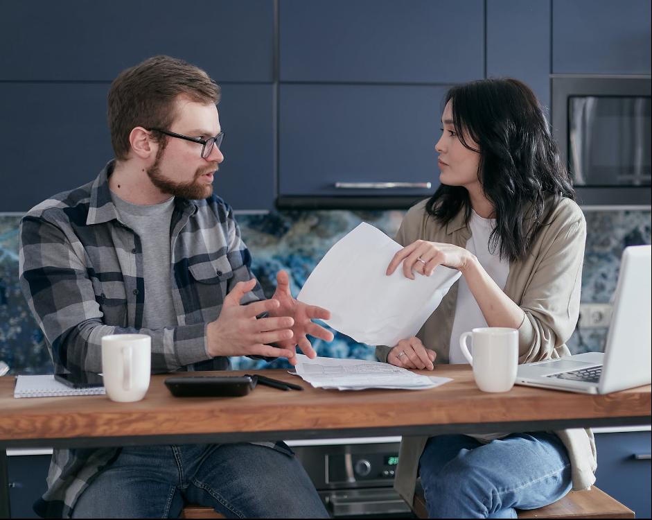manželia diskutujú pri rátaní nákladov nájmu