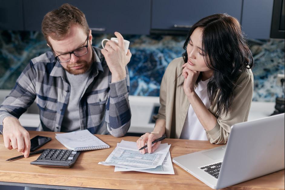 manželia vypĺňajú daňové priznanie