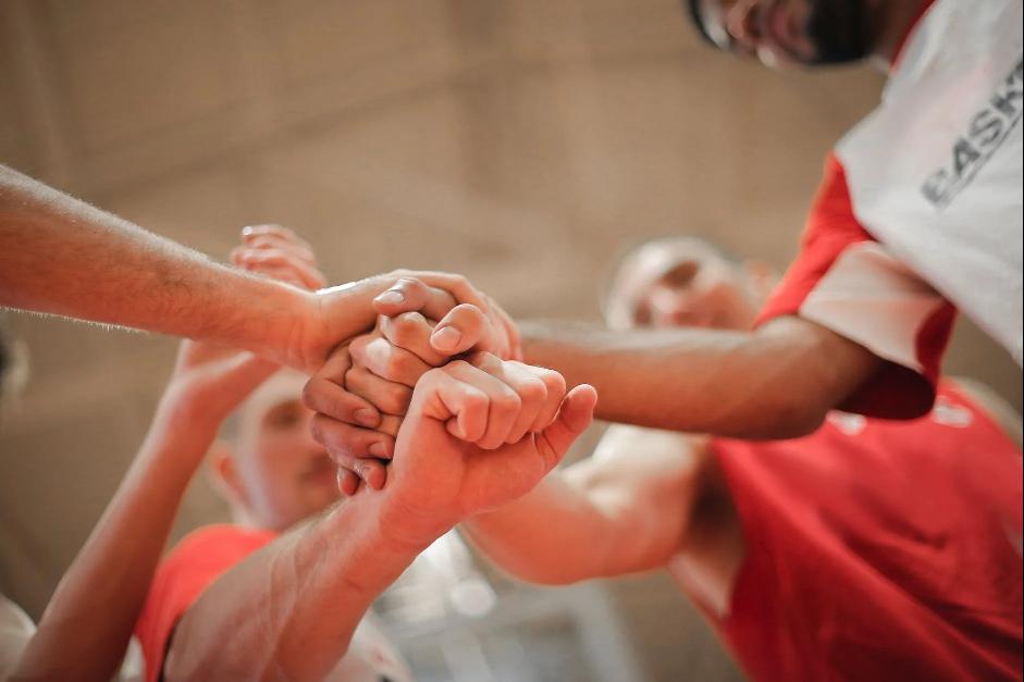 spojené ruky na znak tímovej spolupráce